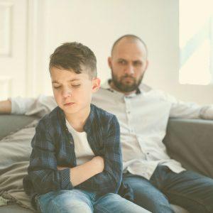 Los niños hiperactivos suelen hablar mucho y enfadarse con facilidad.